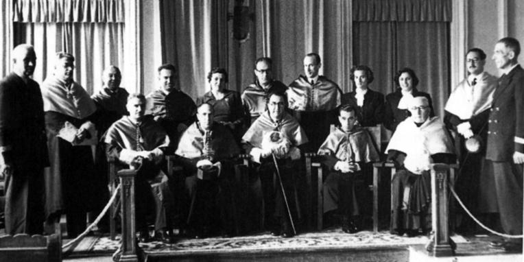 Claustro del Instituto de Pontevedra cuando se produjo la anunciación de Tonio. Villamil (de pie), tercero por la izquierda