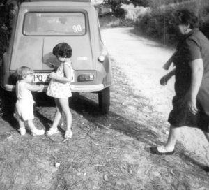 La abuela Evangelina con nuestros hijos, Jorge y Sara. Y el Dyane-6, nuestro primer coche