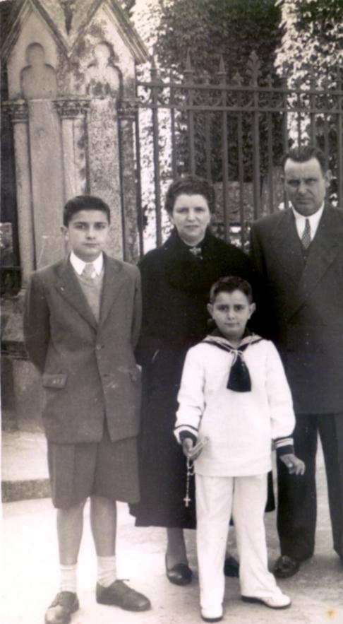 Tonio con sus padres, cuando se produjo la anunciación. El día de la primera comunión de su hermano Manolo Durán