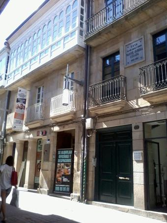 La casa de los Sáenz-Diéz, con su gran galería. Junto a ella, con placa en honor de Manuel Quiroga, la casa de los Quiroga, con el portal donde mocearon nuestros padres