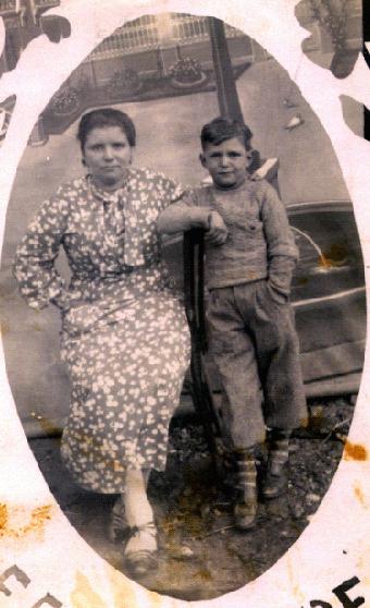 Nuestra madre con su amadísimo José Antonio Durán Iglesias. La primera versión del nombre propio de Tonio