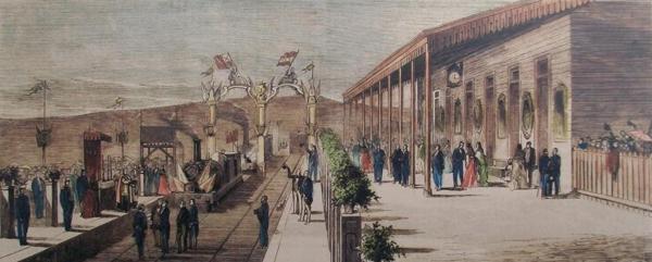 Un detalle gráfico coloreado de la gran celebración del 15 de julio de 1873 en el Ferrocarril Compostelano