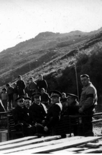 Pepe Durán con don Antonio y los ingenieros que dirigieron las obras del túnel del Padornelo. Con la señal de luto en su brazo izquierdo por la dolorosa muerte de su hijo José Antonio, tres años antes de nacer Tonio