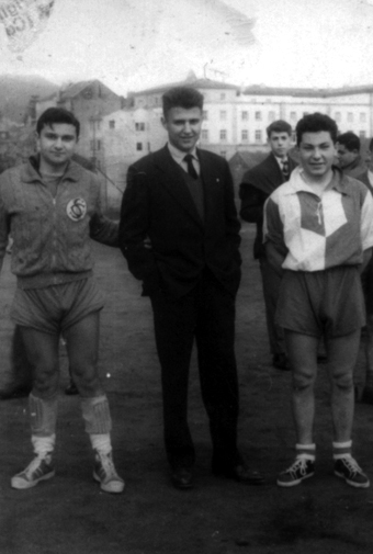 Tonio (izquierda) y Carlos Iglesias Dapena (derecha). Con Rabanal, amigo de ambos, en los previos a un partido del Teucro de Balonmano. En el antiguo campo de El Vergel, sede hoy de uno de los Institutos de Pontevedra