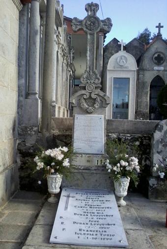 Panteón familiar de los Durán Lusquiños en el cementerio de Mourente