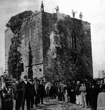 El histórico derribo de la Torre de doña Urraca, en Caldas de Reis. Nuestros antepasados comparecen en lo alto, piqueta en mano