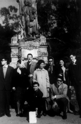 Grupo de compañeros y compañeras de los Comunes de Filosofía y Letras de la Universidad de Santiago. Tonio con libro, abajo