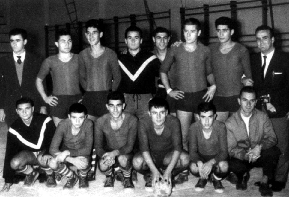 Equipo del Teucro desplazado a Zaragoza, con sus directivos. Tonio abajo, primero por la izquierda