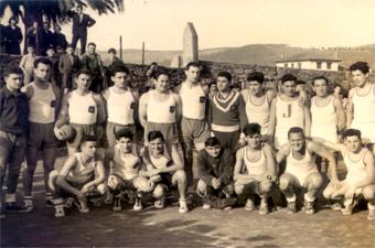 Tonio (abajo, en el centro) cuando la fusión de jugadores seniors y juveniles en el nuevo Teucro