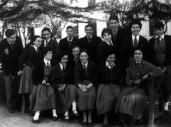 Grupo de compañeros y compañeras del Instituto de Pontevedra con sus uniformes. Tonio con el grupo de arriba. Es el cuarto por la izquierda