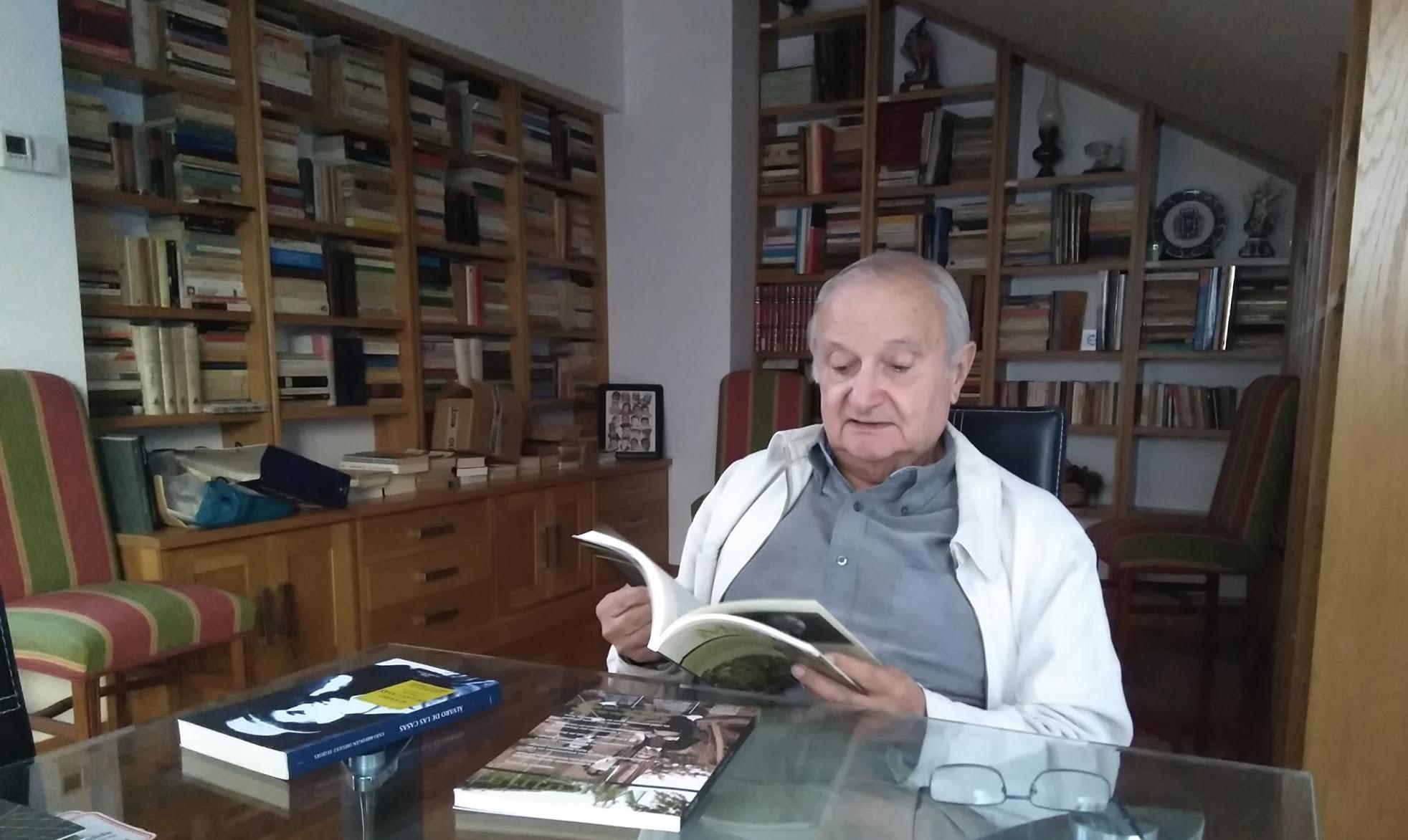 Retrato de José Antonio Durán en el rincón de tertulias e invitados de la sede pontevedresa del Taller de Ediciones, por Uxío-Breogán Diéguez