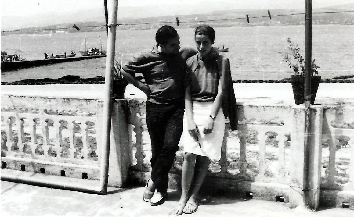 Tonio y Saruca en sus años de noviazgo. Cuando él reorientó su analítica existencial, fascinado con el mundo que se dibujaba en la prensa local rianxeira que guardó Cándido, el abuelo de Saruca