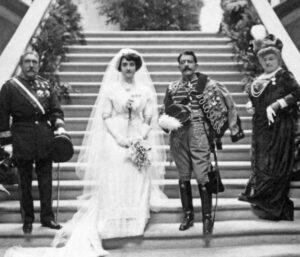 María de las Nieves (Blanca) Quiroga Pérez de Deza y José Cavalcanti de Alburquerque y Padierna de Villapadierna el día de su boda, en la solemne entrada del pazo de Meirás
