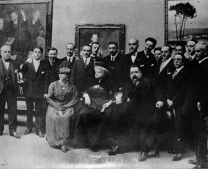 Picadillo, alcalde de Coruña. Sentado, junto a doña Emilia Pardo Bazán, que también estaba de buen ver. Rodeados de los artistas que participaron en la Exposición de Arte Gallego de 1917