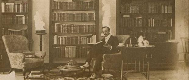 Víctor Said Armesto en su biblioteca